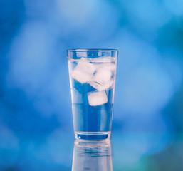 glass wasser mit eis