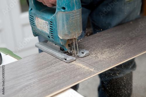 D coupe de parquet avec la scie sauteuse en action photo libre de droits sur la banque d - Couper droit avec scie sauteuse ...