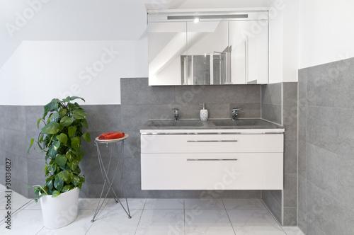Waschtisch in modernem Badezimmer\
