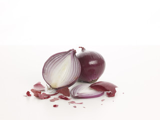 Zwei rote Zwiebeln - two red onions sliced