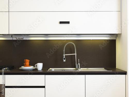 Lavello di acciaio in cucina moderna laccata bianca for Abbonamento a cucina moderna