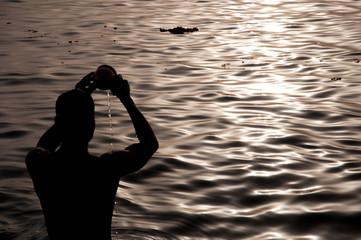 ガンジス川の朝日へ祈る
