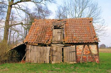 Alter Stall mit Holztüren und Fachwerk