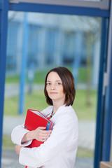 krankenschwester mit aktenordner
