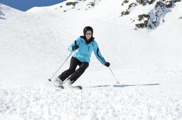 Skifahrerin nimmt Kurve