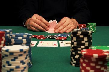 Partita di Texas Hold'em Pocker sul tavolo verde