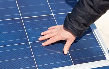 Mano del cliente su pannello fotovoltaico