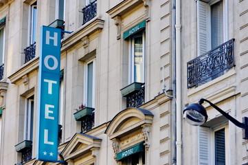 Enseigne Hôtel sur façade.