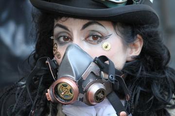 ragazza in maschera cyber goth