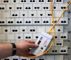 EDV Messung der Anschlußdosen Mann beim prüfen einer Leitung