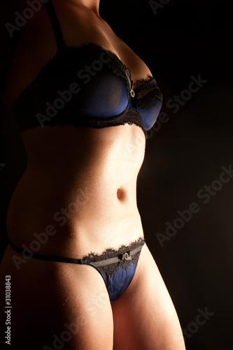 save off e3832 112f2 Nasser Körper einer jungen Frau in schöner Unterwäsche ...