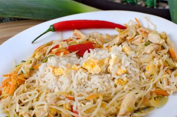 Gebratener Eierireis mit Asiatische Gemüse-Hähnchenpfanne