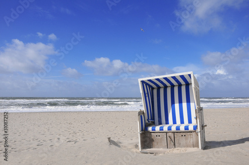 einsamer strandkorb an strand nordsee ostsee stockfotos und lizenzfreie bilder auf. Black Bedroom Furniture Sets. Home Design Ideas
