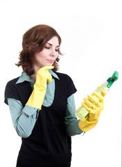 Frau prüft ihr Reinigungsmittel