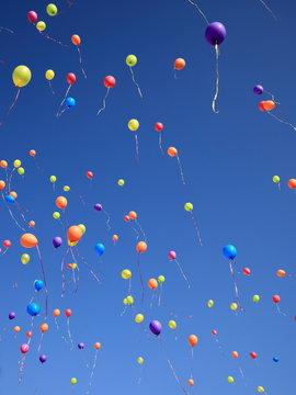 Lâcher de ballons dans un ciel bleu azur
