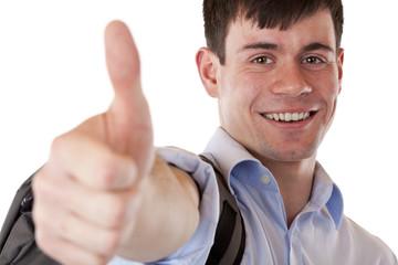 Junger gut aussehender Student zeigt lachend Daumen in Kamera