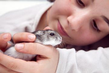 L'enfant et l'hamster russe