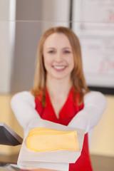 freundliche verkäuferin mit käse
