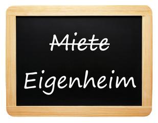 Miete / Eigenheim - Konzept Tafel - freigestellt