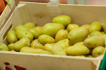 frühkartoffeln in einer kiste