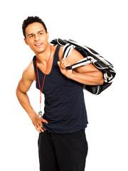 junger muskulöser Mann mit Sporttasche