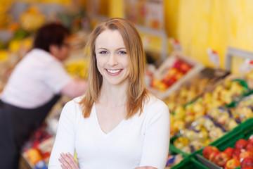 lächelnde kundin im supermarkt