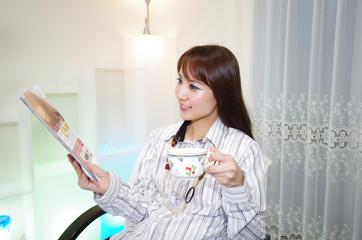 雑誌を読んでいる笑顔の女性