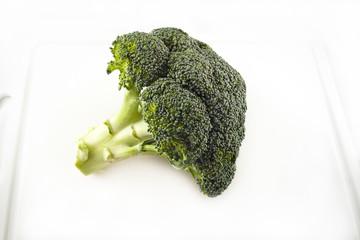 single broccoli on a cutting desk