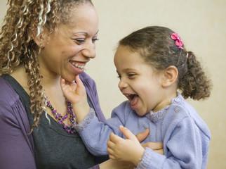 Calin tendresse - une maman et sa fille