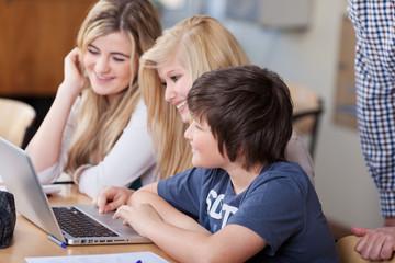 drei jugendliche schüler am laptop