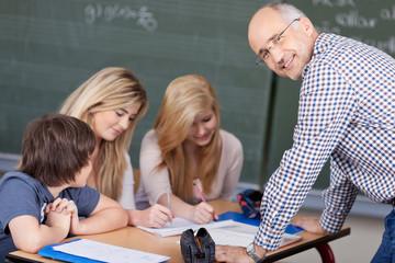 sympathischer lehrer im unterricht