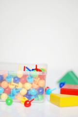 Plastebox gesammelte Hüte und Baukloetze