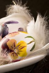 Wielkanocne pisanki i pióra
