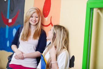 zwei schülerinnen reden in der pause