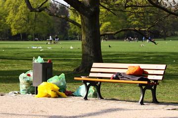 Abfall im Park im Sommer