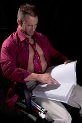 aveugle lisant un livre en braille