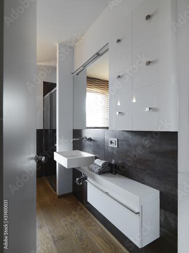Bagno moderno con piastrelle tipo metallo immagini e - Bagno con parquet ...