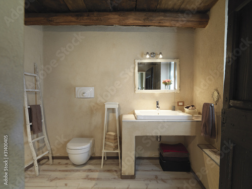 Bagno rustico con pavimento di legno a doghe immagini e fotografie royalty free su - Bagno pavimento legno ...