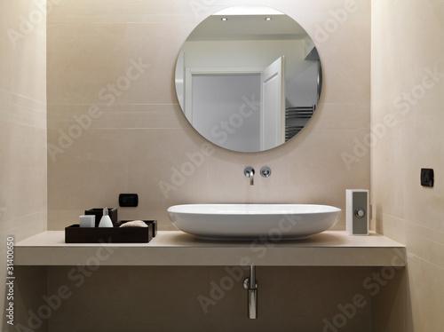 Bagno moderno con rivestimento in marmo e lavabo in ceramica bia immagini e fotografie royalty - Rivestimento bagno moderno ...