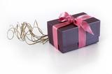 cadeau violet avec ruban rose sur fond noir photo libre de droits sur la banque d 39 images. Black Bedroom Furniture Sets. Home Design Ideas