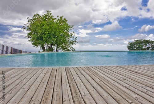 Piscine avec plage terrasse en lames de deck en bois for Piscine avec plage