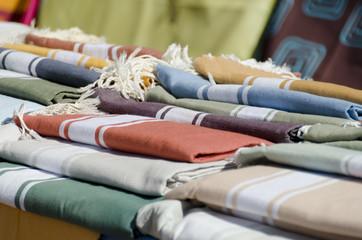 étalage de tissus sur le marché