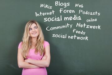 mädchen denkt an social network