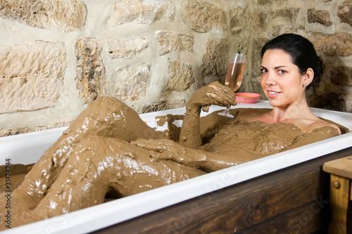 frau in badewanne mit lehm stockfotos und lizenzfreie bilder auf bild 31474244. Black Bedroom Furniture Sets. Home Design Ideas
