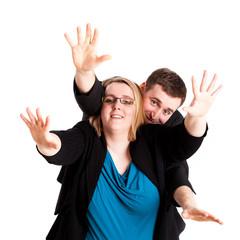 Mann und Frau strecken Arme zur Kamera hin