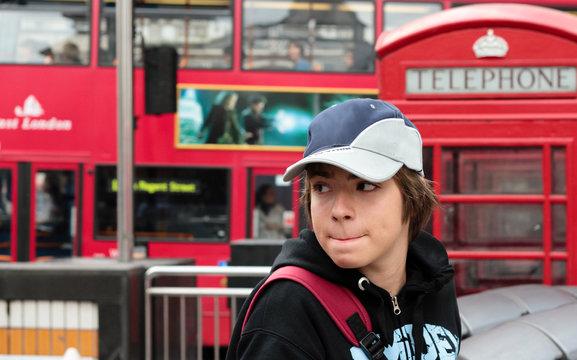 adolescent dans les rues de Londres