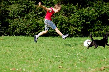 Fototapeta chłopiec grający w piłkę