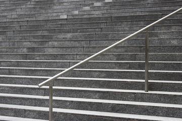 Treppe mit vielen Stufen und Geländer
