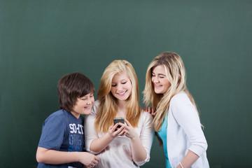 jugendliche mit handy in der schule