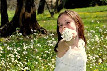 Fillette heureuse qui tient un bouquet de Pâquerettes